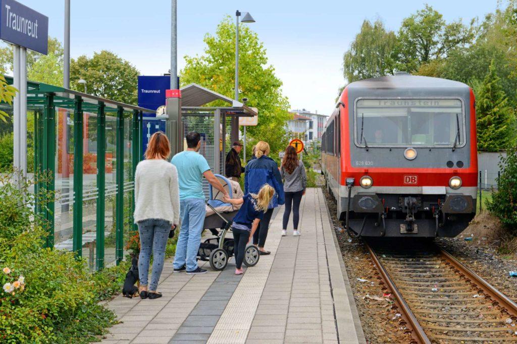 Bahn fährt in Traunreut ein