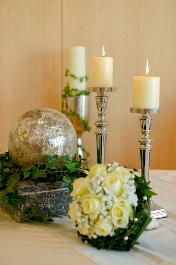 Blumenstrauß und Kerzen