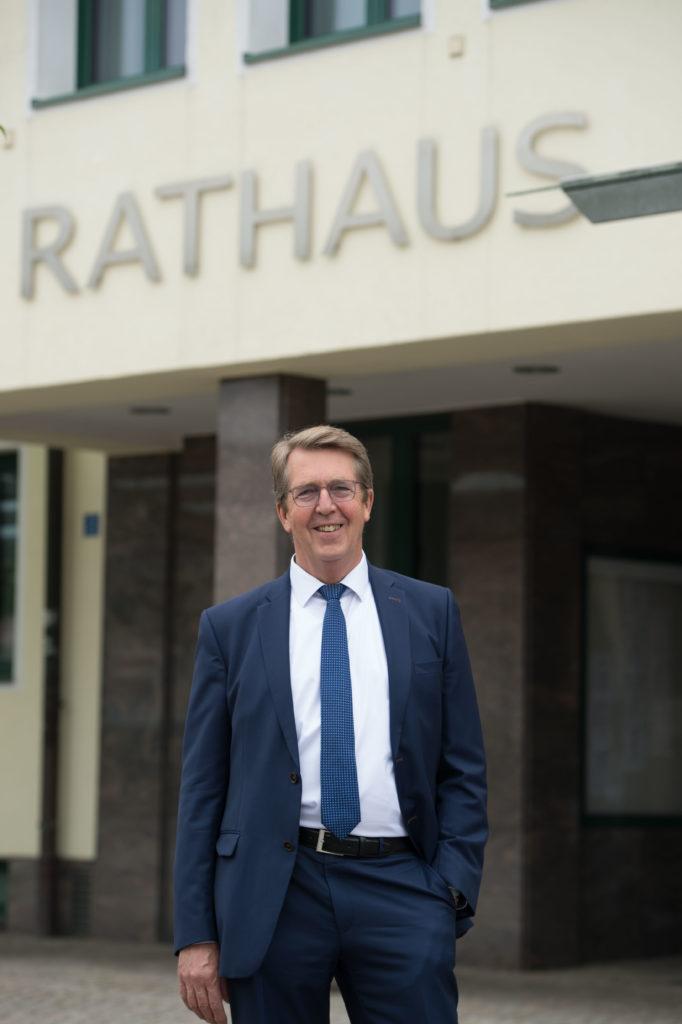 Bürgermeister Klaus Ritter vor dem Traunreuter Rathaus