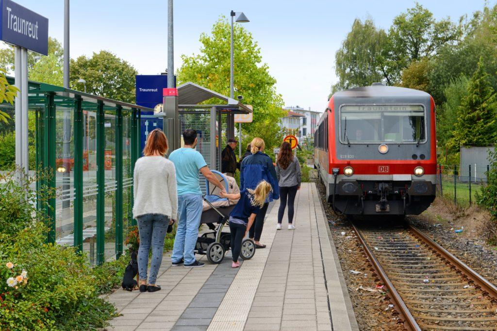 Bahn fährt in den Bahnhof ein