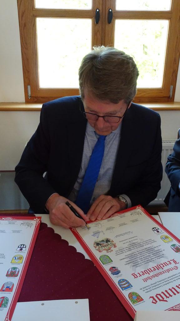 Bürgermeister Klaus Ritter unterschreibt eine Urkunde