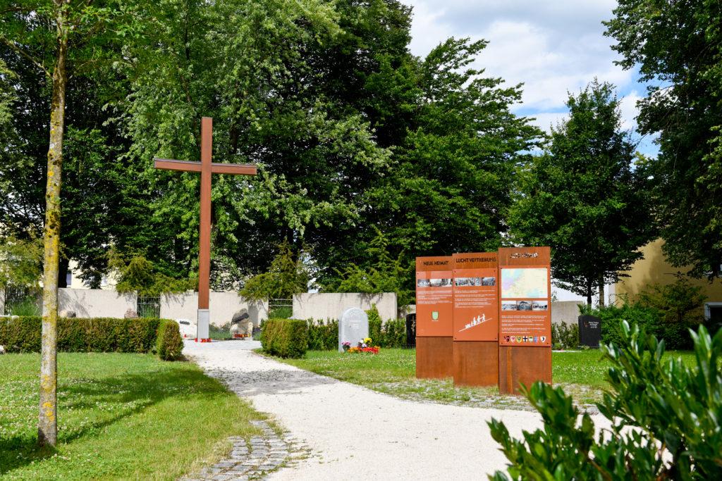 Tafeln und ein Kreuz auf dem Friedhof