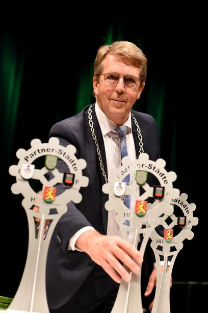 Bürgermeister mit Pokalen