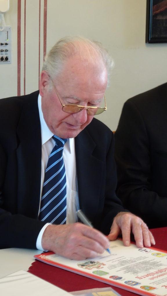 Nicolaus Herzog von Leuchtenberg de Beauharnais unterschreibt eine Urkunde