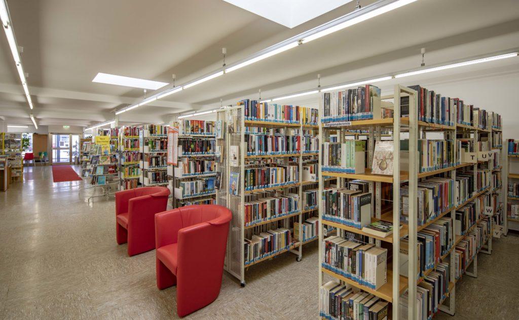 Bücherei mit Sitzplätzen - Michael Voit