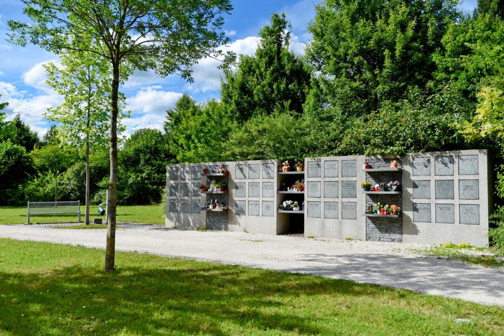 Urnenwand auf dem Friedhof