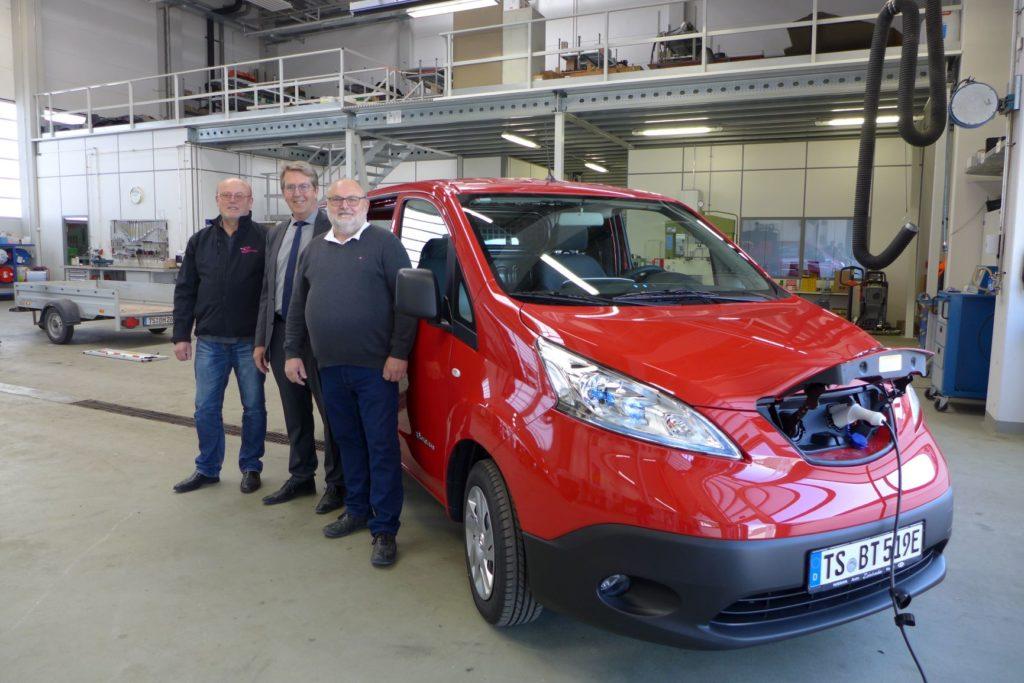 Über das neue E-Auto für den Bauhof freuen sich (von links) Christoph Zahnbrecher vom gleichnamigen Autohaus in Waging, Bürgermeister Klaus Ritter und Bauhofleiter Sepp Bernhofer.
