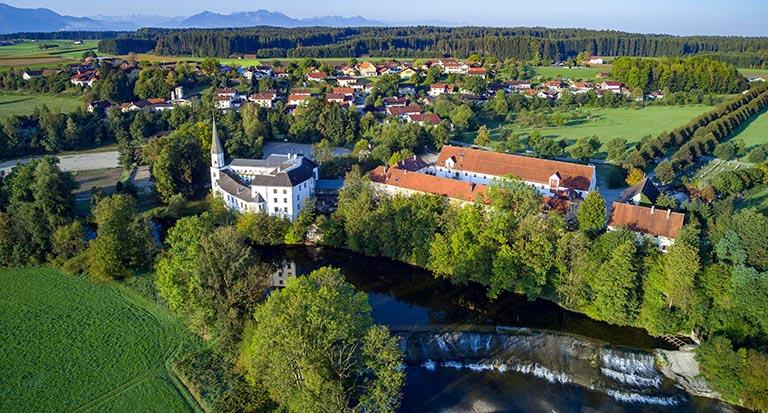 Luftaufnahme Schloss Pertenstein Umgebung Traunreut