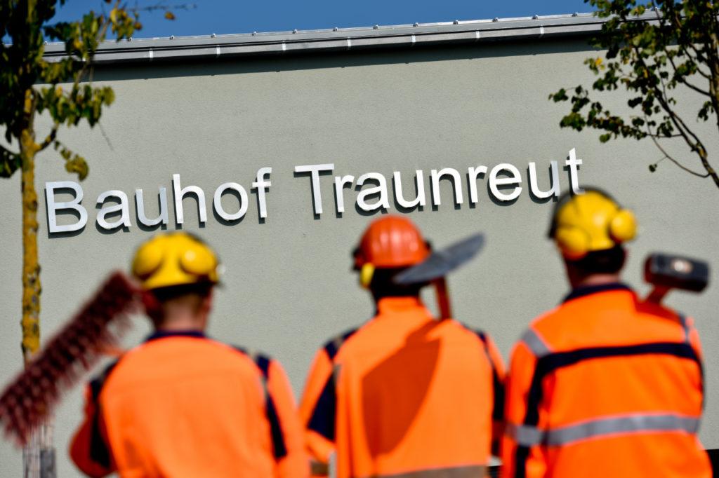 Drei Bauarbeiter vor dem Bauhof in Traunreut