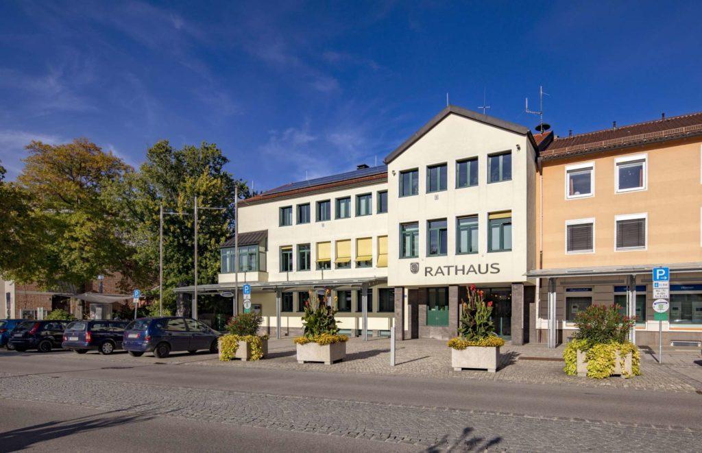 Rathaus Traunreut mit Parkplätzen