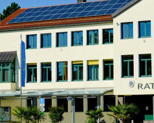 Frontansicht des Rathaus Traunreut