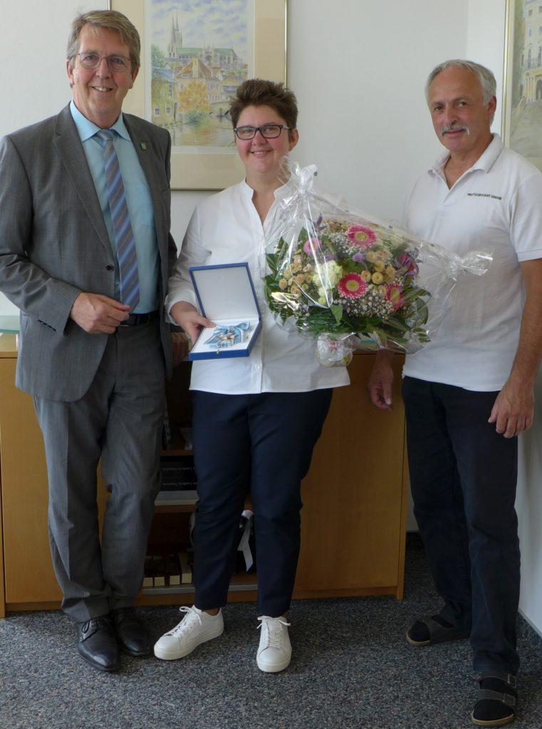 Bürgermeister Klaus Ritter und Vorsitzender des 1. CKKS Traunreut e. V., Richard Schalch, gratulieren Andreea Nowak zum grandiosen Erfolg