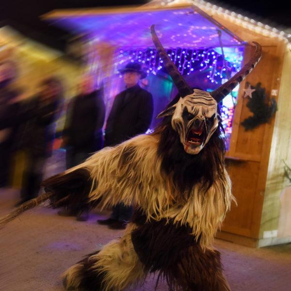 Die Perchten besuchen den Traunreuter Weihnachtsmarkt