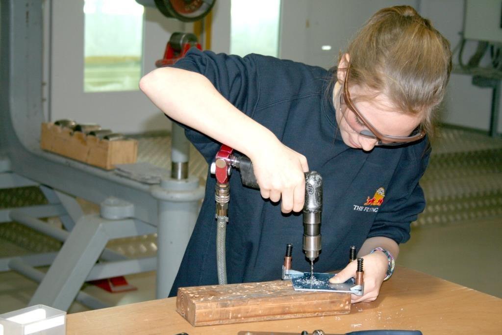 Mädchen bei der Metallverarbeitung