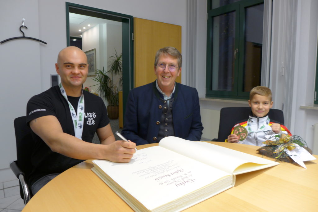 Traunreuter Bürgermeister Klaus Ritter ehrt Weltmeister im Kickboxen Robert Savetchi und Titelsieger des 3. Platzes der WM Kirill Krauer