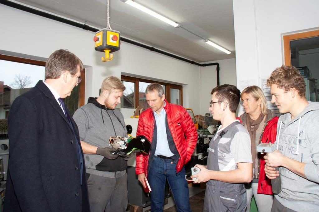 Bürgermeister Klaus Ritter in den Werkstätten der Jugendsiedlung Traunreut