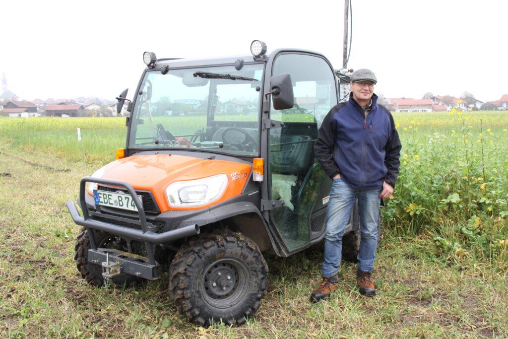 Wolfgang Hutterer, landwirtschaftlicher Berater Stadtwerke Traunreut mit dem Gerät zur Entnahme der Bodenproben, Stadtwerke Traunreut, Versuchsanlage Zwischenfrüchte
