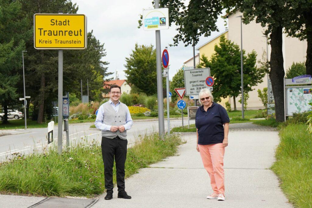 Erster Bürgermeister Hans-Peter Dangschat und Leiterin der Fair-Trade-Steuerungsgruppe am südlichen Ortseingang