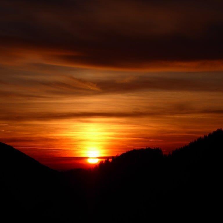 Sonnenaufgangstour mit Bergfrühstück auf einer urigen Alm  Euer Bergwanderführer aus dem BergBua Team bringt euch zu besonderen Plätzen